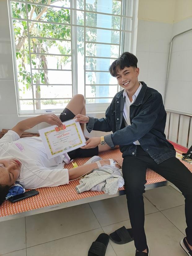 Ngày tổng kết bạn phải nằm viện, nam sinh mang giấy khen lên tận nơi không quên lời chúc sớm bình phục - Ảnh 1.