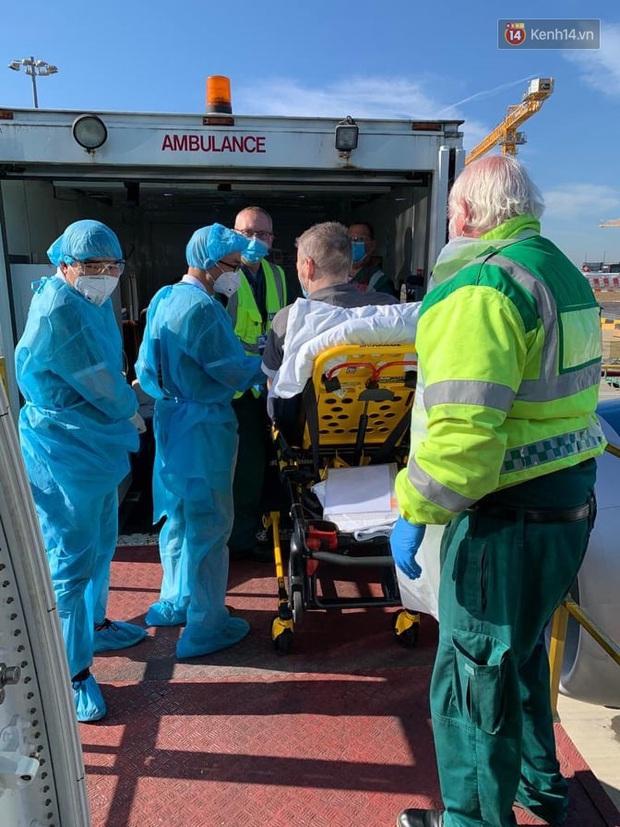Đồng nghiệp tặng hoa chào tạm biệt phi công người Anh sau hành trình dài về quê hương - Ảnh 8.