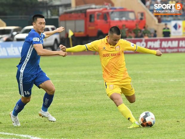 Mệt rũ người sau trận đấu, cầu thủ Quảng Nam vẫn phải đứng chờ vì sợ cổ động viên Nam Định làm loạn - Ảnh 10.