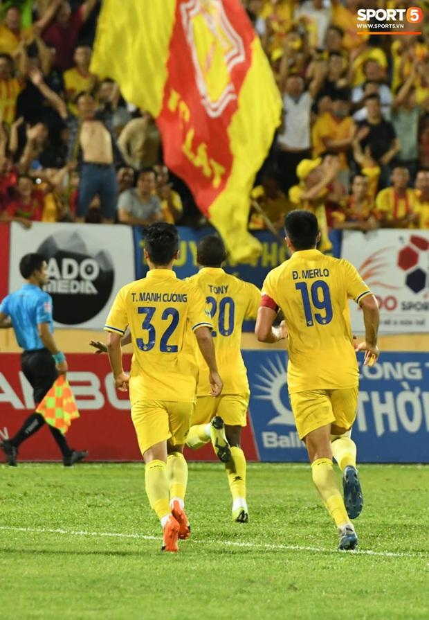 Mệt rũ người sau trận đấu, cầu thủ Quảng Nam vẫn phải đứng chờ vì sợ cổ động viên Nam Định làm loạn - Ảnh 2.
