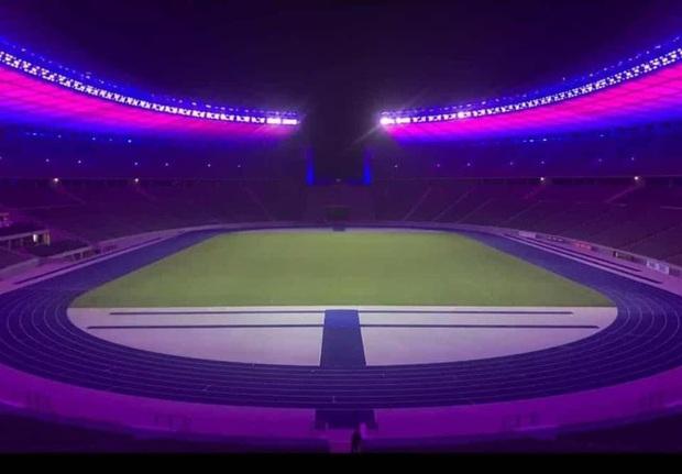 Quá buồn vì BTS không thể diễn vì dịch, SVĐ Olympic Berlin phủ kín toàn bộ các khán đài bằng màu tím đẹp lung linh - Ảnh 5.