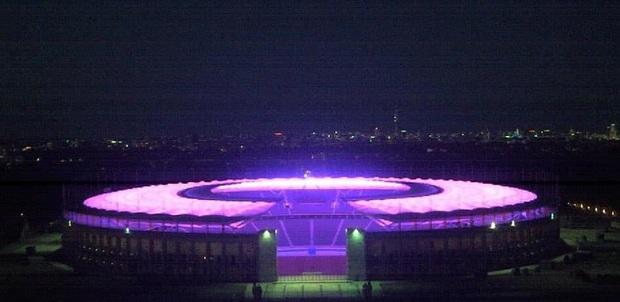 Quá buồn vì BTS không thể diễn vì dịch, SVĐ Olympic Berlin phủ kín toàn bộ các khán đài bằng màu tím đẹp lung linh - Ảnh 6.
