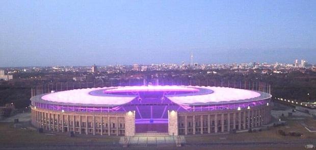 Quá buồn vì BTS không thể diễn vì dịch, SVĐ Olympic Berlin phủ kín toàn bộ các khán đài bằng màu tím đẹp lung linh - Ảnh 7.