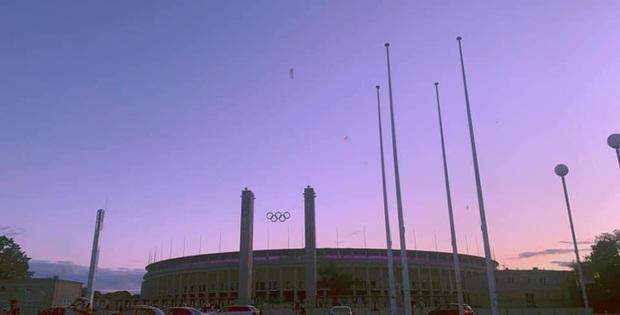 Quá buồn vì BTS không thể diễn vì dịch, SVĐ Olympic Berlin phủ kín toàn bộ các khán đài bằng màu tím đẹp lung linh - Ảnh 8.