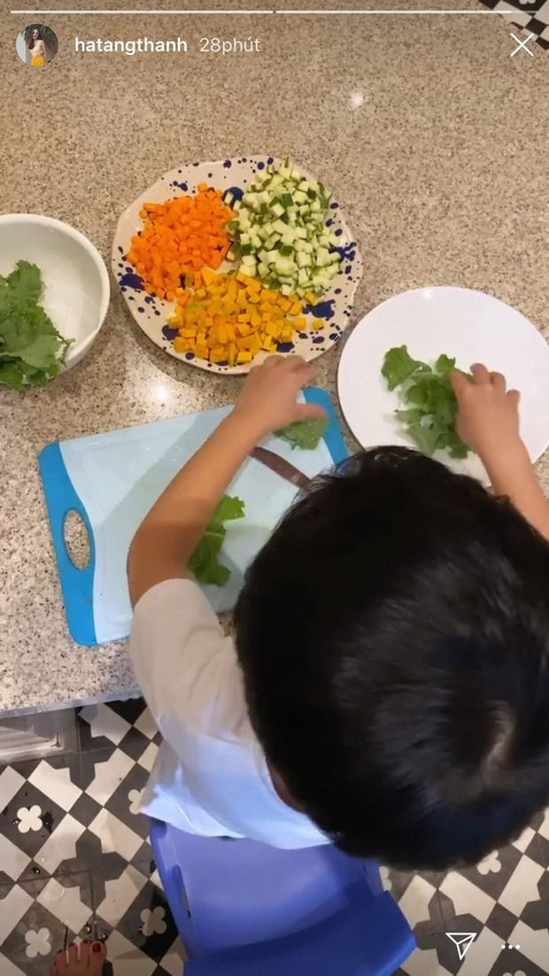 Ở biệt thự triệu đô nhưng nhóc tỳ nhà Hà Tăng vẫn giản dị theo mẹ trồng rau muống: Hạnh phúc là đây chứ đâu! - Ảnh 5.