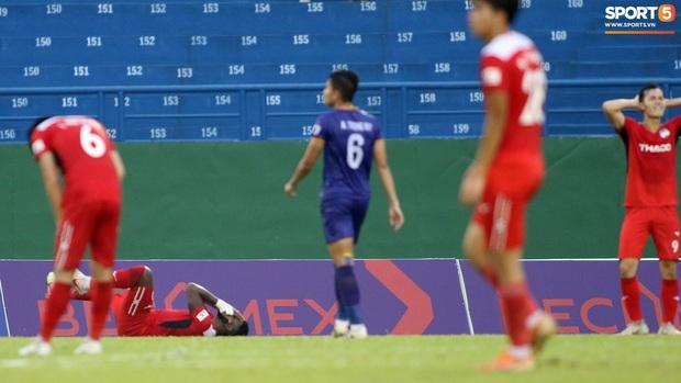 Ngoại binh HAGL vụng về chặn đứng luôn cơ hội ghi bàn của Xuân Trường, khiến cả đội chỉ còn biết ôm đầu ngao ngán - Ảnh 1.