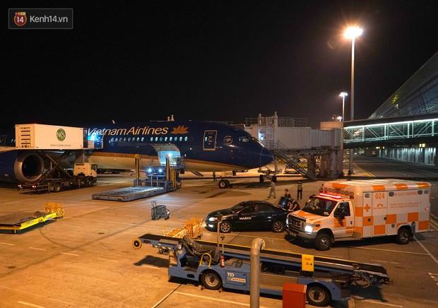 Clip, ảnh: Cận cảnh quá trình di chuyển bệnh nhân 91 trên chuyến bay từ Tân Sơn Nhất đến Nội Bài - Ảnh 11.