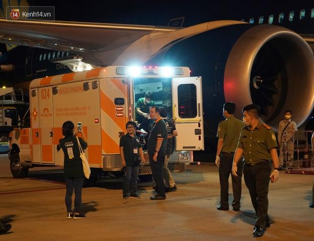 Clip, ảnh: Cận cảnh quá trình di chuyển bệnh nhân 91 trên chuyến bay từ Tân Sơn Nhất đến Nội Bài - Ảnh 12.