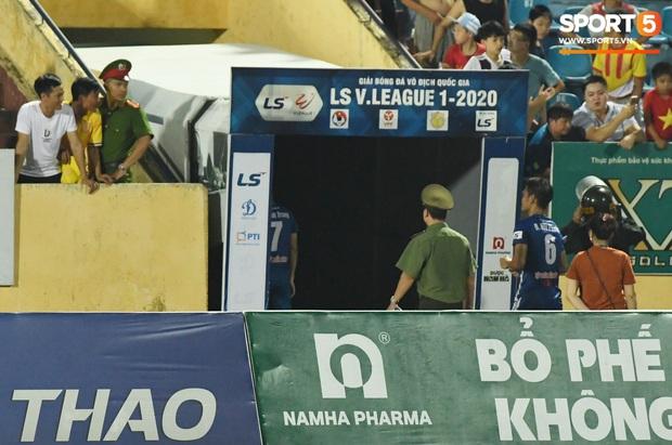 Mệt rũ người sau trận đấu, cầu thủ Quảng Nam vẫn phải đứng chờ vì sợ cổ động viên Nam Định làm loạn - Ảnh 8.