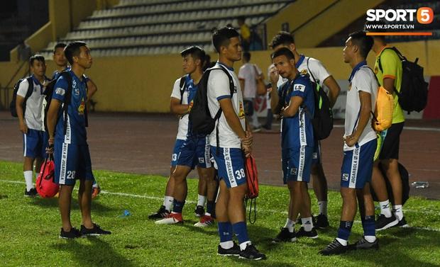 Mệt rũ người sau trận đấu, cầu thủ Quảng Nam vẫn phải đứng chờ vì sợ cổ động viên Nam Định làm loạn - Ảnh 6.