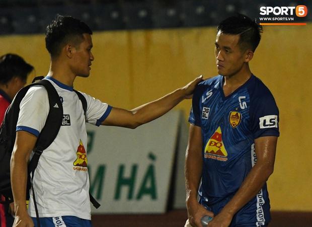 Mệt rũ người sau trận đấu, cầu thủ Quảng Nam vẫn phải đứng chờ vì sợ cổ động viên Nam Định làm loạn - Ảnh 5.