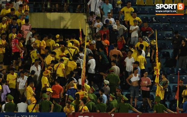 Mệt rũ người sau trận đấu, cầu thủ Quảng Nam vẫn phải đứng chờ vì sợ cổ động viên Nam Định làm loạn - Ảnh 9.