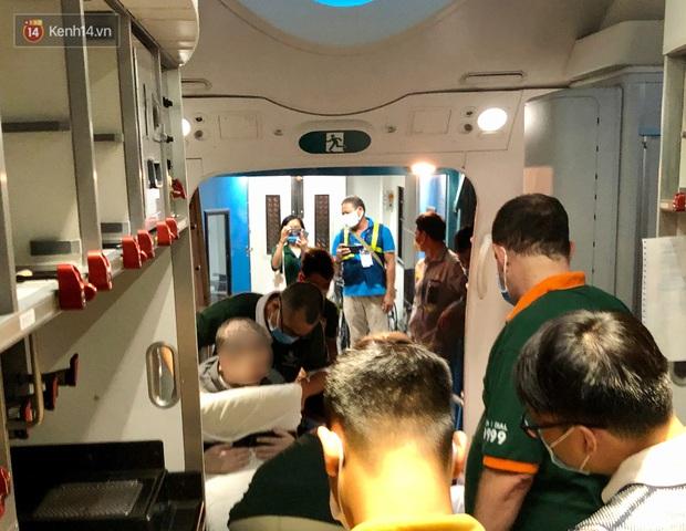 Clip, ảnh: Cận cảnh quá trình di chuyển bệnh nhân 91 trên chuyến bay từ Tân Sơn Nhất đến Nội Bài - Ảnh 10.