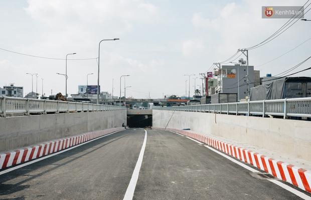 Cận cảnh hầm chui hơn 500 tỷ đồng tại điểm đen giao thông ở Sài Gòn trước ngày thông xe - Ảnh 2.