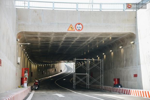 Cận cảnh hầm chui hơn 500 tỷ đồng tại điểm đen giao thông ở Sài Gòn trước ngày thông xe - Ảnh 3.