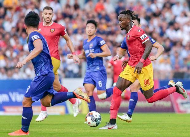 Bóng đá Việt tuần qua đầy nhức nhối: An toàn của đội khách bị thách thức, chủ tịch lắm phốt lại không giữ lời - Ảnh 3.