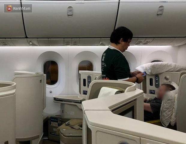 Clip, ảnh: Cận cảnh quá trình di chuyển bệnh nhân 91 trên chuyến bay từ Tân Sơn Nhất đến Nội Bài - Ảnh 7.