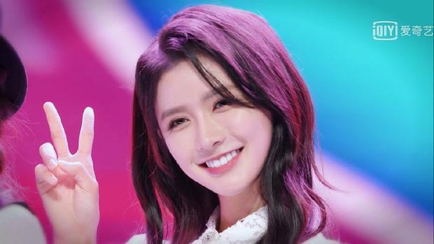 Rũ bỏ hình tượng thơ ngây, nữ ca sĩ Trung Quốc gây sốc khi khoe trọn vòng 1 bức thở với bộ ảnh cosplay Caitlyn của LMHT - Ảnh 1.