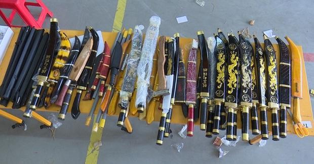 Thu giữ 53 gói bưu phẩm toàn… dao kiếm - Ảnh 3.
