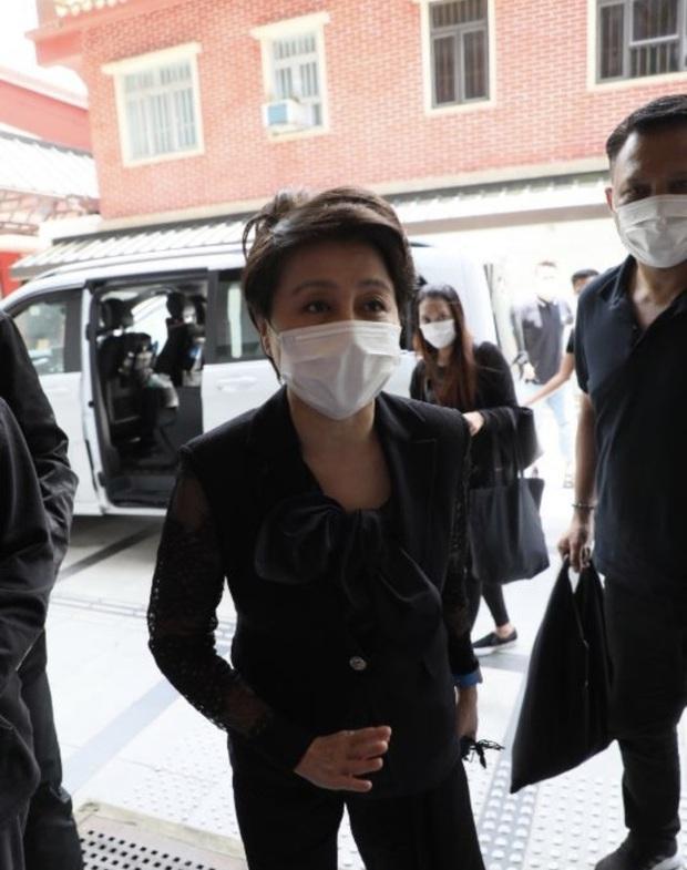 Lễ 49 ngày mất của trùm sòng bạc: Bà Hai không xuất hiện, rể Harvard lộ diện cùng Đậu Kiêu, chồng Ming Xi vẫn buồn bã - Ảnh 2.