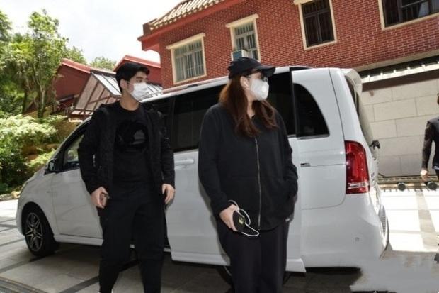 Lễ 49 ngày mất của trùm sòng bạc: Bà Hai không xuất hiện, rể Harvard lộ diện cùng Đậu Kiêu, chồng Ming Xi vẫn buồn bã - Ảnh 6.