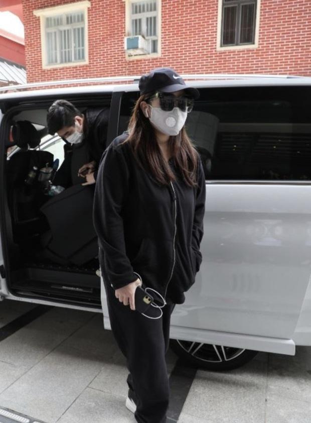 Lễ 49 ngày mất của trùm sòng bạc: Bà Hai không xuất hiện, rể Harvard lộ diện cùng Đậu Kiêu, chồng Ming Xi vẫn buồn bã - Ảnh 7.