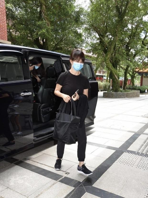 Lễ 49 ngày mất của trùm sòng bạc: Bà Hai không xuất hiện, rể Harvard lộ diện cùng Đậu Kiêu, chồng Ming Xi vẫn buồn bã - Ảnh 16.