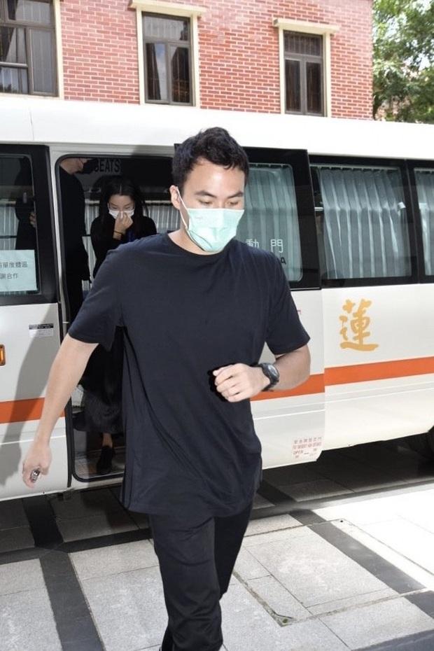Lễ 49 ngày mất của trùm sòng bạc: Bà Hai không xuất hiện, rể Harvard lộ diện cùng Đậu Kiêu, chồng Ming Xi vẫn buồn bã - Ảnh 19.