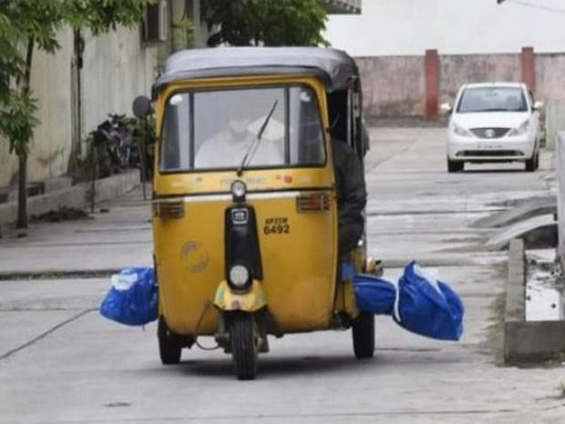 Xót xa hình ảnh chở thi thể bệnh nhân COVID-19 bằng xe tuk tuk tại Ấn Độ - Ảnh 1.