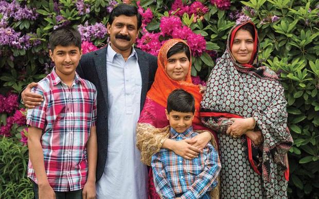 Malala Yousafzai: Cô gái hồi sinh ngoạn mục sau khi bị bắn vào đầu năm 15 tuổi và trở thành biểu tượng toàn cầu cho giáo dục nữ giới  - Ảnh 3.