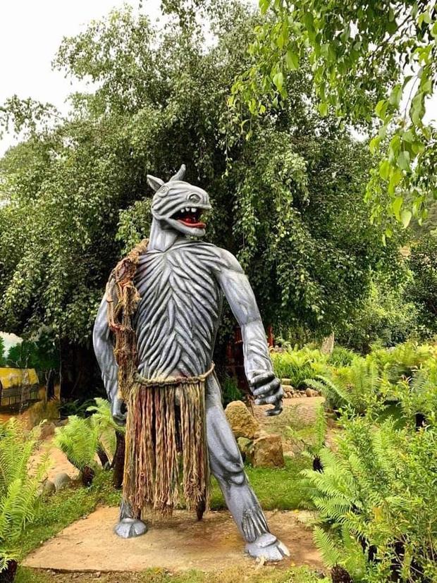 Sau khi bị chê phản cảm, hiện tại khu du lịch Quỷ Núi gần Đà Lạt đã mặc quần áo cho các bức tượng - Ảnh 2.