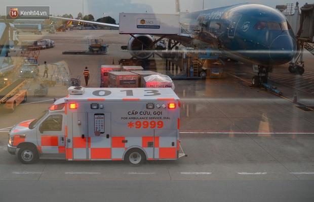 Clip, ảnh: Cận cảnh quá trình di chuyển bệnh nhân 91 trên chuyến bay từ Tân Sơn Nhất đến Nội Bài - Ảnh 2.