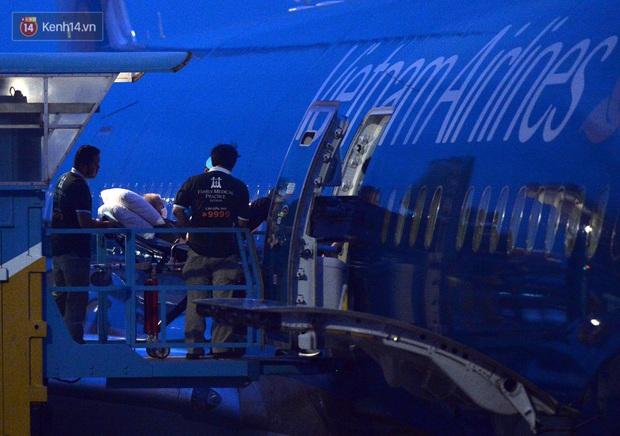 Clip, ảnh: Cận cảnh quá trình di chuyển bệnh nhân 91 trên chuyến bay từ Tân Sơn Nhất đến Nội Bài - Ảnh 5.