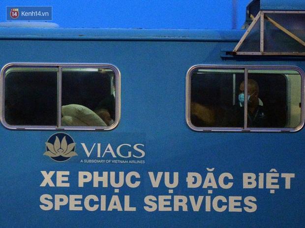 Clip, ảnh: Cận cảnh quá trình di chuyển bệnh nhân 91 trên chuyến bay từ Tân Sơn Nhất đến Nội Bài - Ảnh 4.