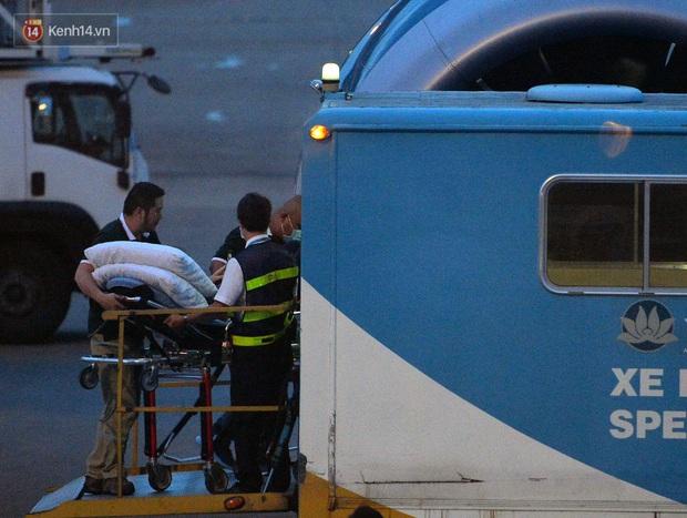 Clip, ảnh: Cận cảnh quá trình di chuyển bệnh nhân 91 trên chuyến bay từ Tân Sơn Nhất đến Nội Bài - Ảnh 3.