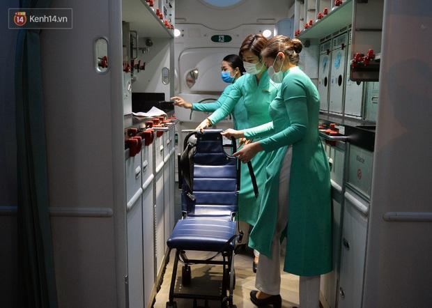Clip, ảnh: Cận cảnh quá trình di chuyển bệnh nhân 91 trên chuyến bay từ Tân Sơn Nhất đến Nội Bài - Ảnh 9.