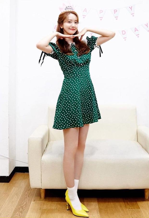 Yoona đụng váy với Âu Dương Na Na nhưng tài ở chỗ người lên đồ bánh bèo, người lại cá tính khác hẳn - Ảnh 1.