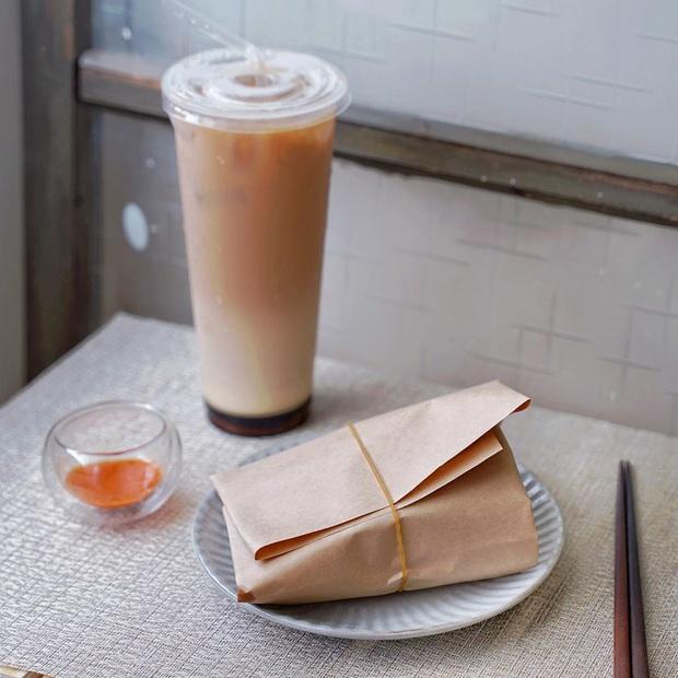 Quán ăn hút khách nhờ ý tưởng gói cơm bằng giấy cực lạ, vừa thân thiện với môi trường lại khiến hội thích sống ảo phát cuồng vì lên ảnh đẹp khỏi chê - Ảnh 2.