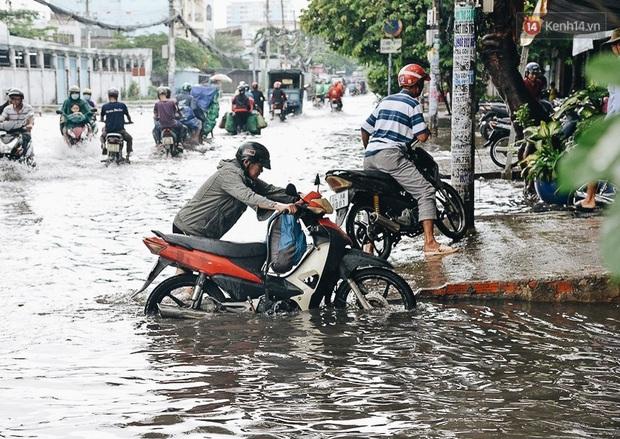 Người Sài Gòn té ngã trên đường ngập sâu, bỏ lại xe máy nằm lăn lóc dưới nước để bảo vệ đồ đạc - Ảnh 16.
