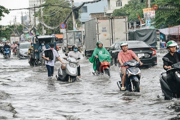 Người Sài Gòn té ngã trên đường ngập sâu, bỏ lại xe máy nằm lăn lóc dưới nước để bảo vệ đồ đạc - Ảnh 13.
