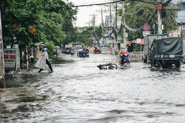 Người Sài Gòn té ngã trên đường ngập sâu, bỏ lại xe máy nằm lăn lóc dưới nước để bảo vệ đồ đạc - Ảnh 6.