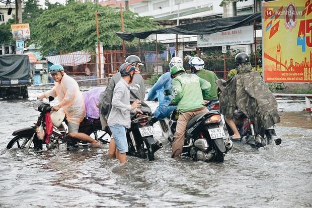 Người Sài Gòn té ngã trên đường ngập sâu, bỏ lại xe máy nằm lăn lóc dưới nước để bảo vệ đồ đạc - Ảnh 4.