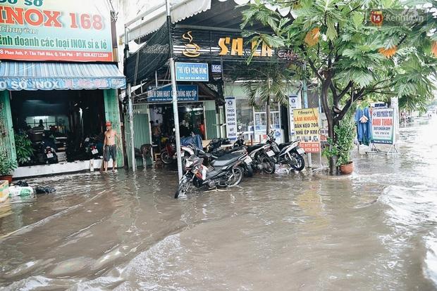 Người Sài Gòn té ngã trên đường ngập sâu, bỏ lại xe máy nằm lăn lóc dưới nước để bảo vệ đồ đạc - Ảnh 14.