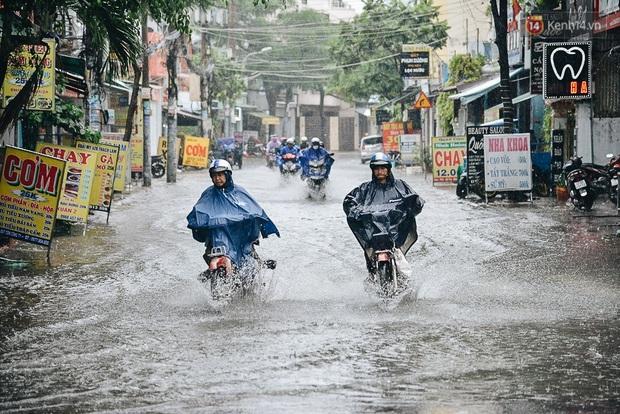 Người Sài Gòn té ngã trên đường ngập sâu, bỏ lại xe máy nằm lăn lóc dưới nước để bảo vệ đồ đạc - Ảnh 17.