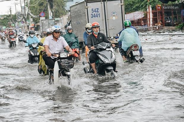 Người Sài Gòn té ngã trên đường ngập sâu, bỏ lại xe máy nằm lăn lóc dưới nước để bảo vệ đồ đạc - Ảnh 12.