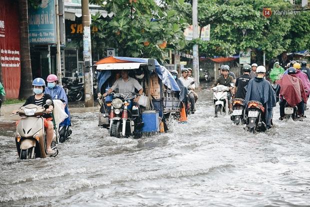Người Sài Gòn té ngã trên đường ngập sâu, bỏ lại xe máy nằm lăn lóc dưới nước để bảo vệ đồ đạc - Ảnh 1.