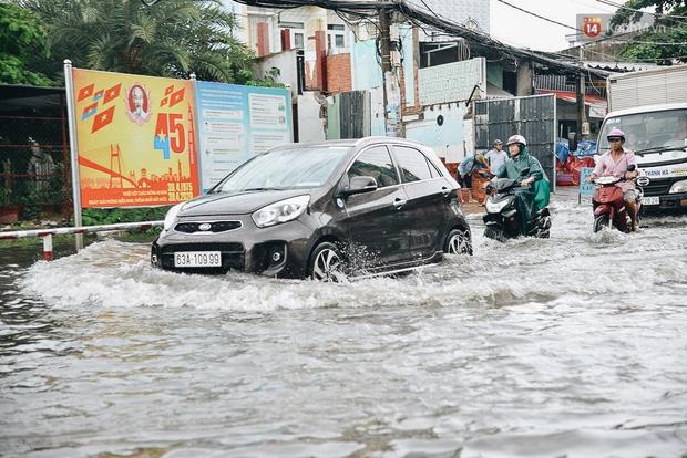 Người Sài Gòn té ngã trên đường ngập sâu, bỏ lại xe máy nằm lăn lóc dưới nước để bảo vệ đồ đạc - Ảnh 7.