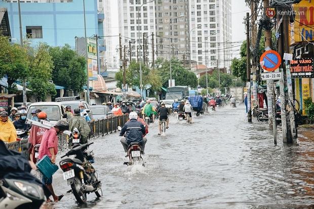 Người Sài Gòn té ngã trên đường ngập sâu, bỏ lại xe máy nằm lăn lóc dưới nước để bảo vệ đồ đạc - Ảnh 2.