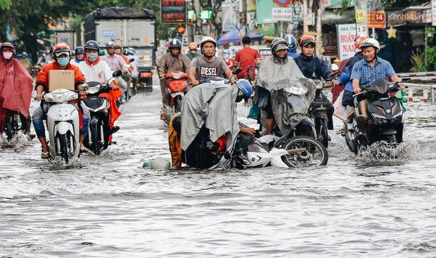 Người Sài Gòn té ngã trên đường ngập sâu, bỏ lại xe máy nằm lăn lóc dưới nước để bảo vệ đồ đạc - Ảnh 5.