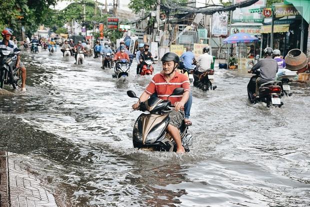 Người Sài Gòn té ngã trên đường ngập sâu, bỏ lại xe máy nằm lăn lóc dưới nước để bảo vệ đồ đạc - Ảnh 11.